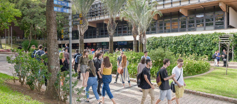 estudantes do ensino superior caminhando no campus